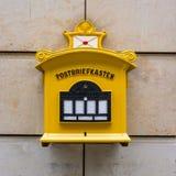 Viejo alemán tradicional 1800 Dres de la pared de piedra del buzón del metal amarillo Foto de archivo libre de regalías