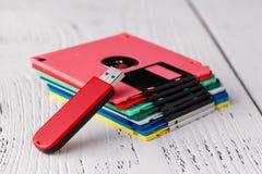 Viejo almacenamiento del disco blando en la tabla de madera contra conductor del disco floppy del USB Fotografía de archivo libre de regalías