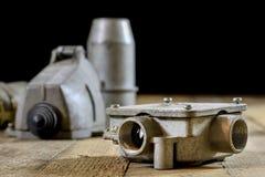 Viejo alto voltaje del enchufe y del zócalo Accesorios eléctricos viejos wo Foto de archivo libre de regalías