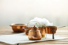 Viejo artículos de cocina rasguñado de cobre de la loza del vintage en la tabla foto de archivo libre de regalías