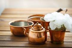 Viejo artículos de cocina rasguñado de cobre de la loza del vintage en la tabla imagenes de archivo