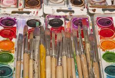 Viejo artista Paintbrushes y cacerolas brillantes de la acuarela Imagen de archivo libre de regalías