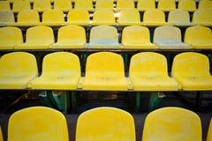 Viejo asiento amarillo en primer del estadio Fotos de archivo libres de regalías