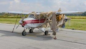 Viejo avión cubierto en arpillera Fotografía de archivo libre de regalías