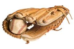Viejo béisbol en el mitón o el guante de cuero Foto de archivo