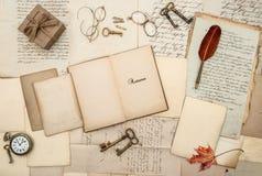 Viejo backg del otoño de las llaves de reloj de la caja de regalo de las letras de los accesorios antiguos Imagen de archivo libre de regalías