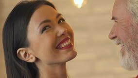 Viejo baile caucásico del hombre con la mujer asiática joven, amor más allá de la edad y raza metrajes
