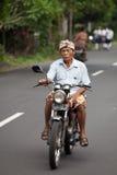 Viejo Balinese en la motocicleta Fotografía de archivo