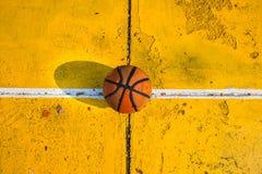 Viejo baloncesto en la cancha de básquet fotografía de archivo libre de regalías