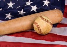 Viejo béisbol y palo con el indicador americano Imagen de archivo