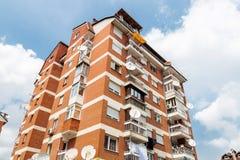 Viejo bloque de apartamentos de ladrillo Imagen de archivo libre de regalías
