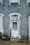 Viejo bloque de apartamentos del ladrillo Fotos de archivo libres de regalías