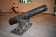 Viejo canon del hierro con el soporte del hierro en la tierra fotos de archivo libres de regalías