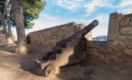 Viejo canon en la pared del castillo en Denia, España imagen de archivo