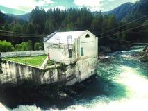 Viejo central hidroeléctrica en Chemal, Gorny Altai Imagenes de archivo
