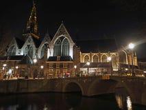 Viejo centro de Amsterdam por noche foto de archivo