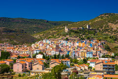 Viejo centro de ciudad de Bosa con las casas y el río coloridos de Fiume Temo, Cerdeña, Italia, Europa Fotografía de archivo libre de regalías