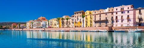 Viejo centro de ciudad de Bosa con las casas y el río coloridos de Fiume Temo, Cerdeña, Italia, Europa Imágenes de archivo libres de regalías