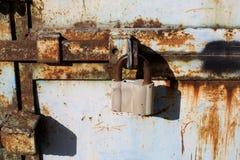 Viejo cierre abierto oxidado grande del candado para arriba Fotografía de archivo