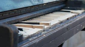 Viejo cierre oxidado del aire libre del piano para arriba Descripci?n de un teclado de un piano viejo Instrumento de m?sica antig almacen de video