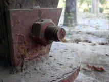 Viejo cierre perno-tuerca oxidado para arriba Fotografía de archivo libre de regalías