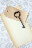 Viejo clave esquelético y papel fotos de archivo