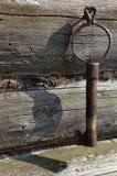 Viejo clave forjado en la pared de la Registro-casa Fotos de archivo libres de regalías