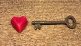 viejo clave y poco corazón rojo Fotos de archivo libres de regalías