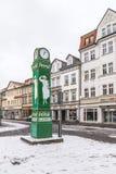Viejo clocktower con la publicidad para el detergente en nieve Imagenes de archivo