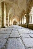 Viejo closter colonnaded en el Abbaye de Fontenay Foto de archivo