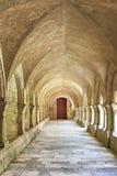 Viejo closter colonnaded en el Abbaye de Fontenay Foto de archivo libre de regalías
