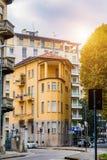 Viejo color estrecho del amarillo de la casa en la ciudad de Novara Italia Foto de archivo libre de regalías