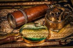 Viejo compás de la vendimia en correspondencia antigua imagen de archivo
