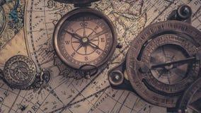 Viejo compás en mapa del mundo imagen de archivo