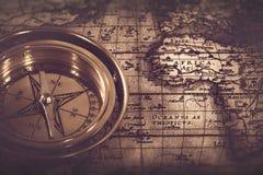 Viejo compás náutico sobre el mapa Fotos de archivo