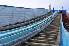 Viejo complejo del salto de esquí contra el cielo azul en Rusia, en la ciudad fotos de archivo libres de regalías