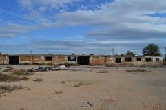 Viejo constructivo abandonado en el cielo azul Foto de archivo