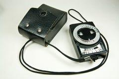 Viejo contador de exposición analogico con el caso de cuero fotos de archivo