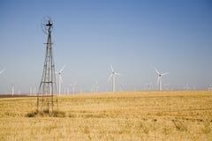 Viejo contra los nuevos molinoes de viento Fotos de archivo libres de regalías