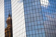Viejo contra nuevos edificios en Santiago de Chile Foto de archivo libre de regalías