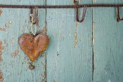 Viejo corazón oxidado en fondo de madera Imagenes de archivo