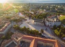 Viejo cuadrado de la ciudad y de la catedral de Vilna Llamarada de la lente debido a tiempo de la puesta del sol Foto de archivo