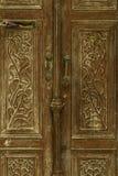 Viejo dañado adornado se descoloró la puerta de madera histórica marrón con las manijas y la ranura del periódico de Sicilia imagen de archivo