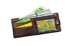 Viejo de cuero de la cartera llevado con centenares y tarjetas de crédito, aisladas en el fondo blanco Copie la goma fotos de archivo