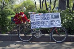 Viejo decorater de la bicicleta para Victory Day en Moscú Imagenes de archivo