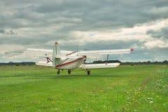 Viejo despegue del biplano del propulsor en tormenta Imagenes de archivo