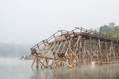 Viejo destruida un puente de madera largo en Sangklaburi, Kanchanaburi Foto de archivo libre de regalías