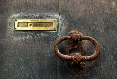 Puerta envejecida vieja del vintage con el tronco del metal en fondo no claro Imágenes de archivo libres de regalías