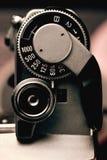 Viejo detalle de la cámara de la película del disparador y del control de velocidad de obturador Fotos de archivo libres de regalías