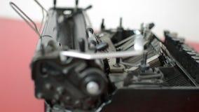 Viejo detalle de la máquina de la máquina de escribir almacen de metraje de vídeo